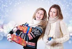 Två flickvänner med julpresents Royaltyfria Bilder