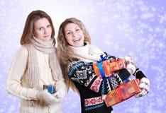 Två flickvänner med julpresents Royaltyfri Bild