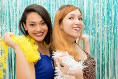 Två flickvänner som firar Carnaval och för kläder den färgrika halsduken arkivbild