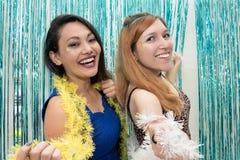 Två flickvänner som firar Carnaval och för kläder den färgrika halsduken royaltyfria foton