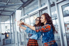 Två flickvänner som söker efter en ruttöversikt Konstbearbeta och retou Arkivfoton