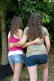Flickor som tillsammans går i en parkera Fotografering för Bildbyråer