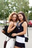 Två flickvänner som tillsammans plattforer royaltyfria bilder