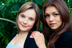 Två flickvänner utomhus Arkivfoton