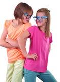 Två flickvänvänner som bär glasögon som isoleras över vit Royaltyfri Foto