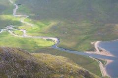 Två floder som i botten möter bergdalen i skotten Highlan Royaltyfri Foto