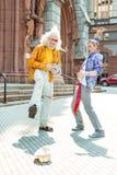 Två flower-power-folket som känner sig gladd, medan dansa tillsammans Arkivfoto
