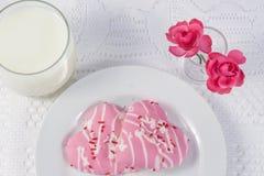 Två formade kakor för rosa färger hjärta Royaltyfri Foto