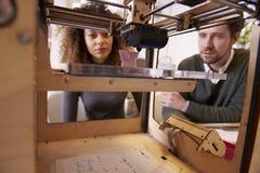 Två formgivare som arbetar med 3D skrivaren In Design Studio Royaltyfri Foto