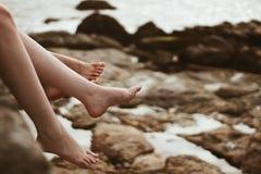Två fot på stranden Arkivbild