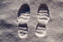 Två fotspår i snö Fotografering för Bildbyråer