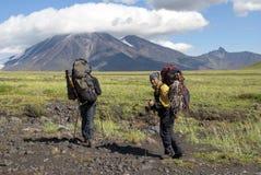 Två fotvandrare i bergen arkivfoto