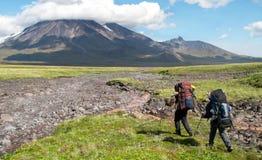 Två fotvandrare i bergen royaltyfria bilder