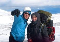 Två fotvandrare i snöberg royaltyfri fotografi