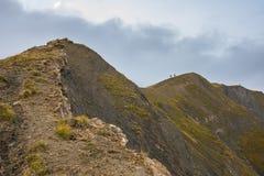 Två fotvandrare på berget kantar, Ecrins, fjällängar, Frankrike Arkivfoto