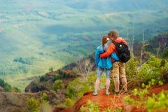 Två fotvandrare som tycker om sikten från bergöverkanten Royaltyfri Foto