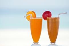 Två fruktsafter för ny frukt Arkivfoto