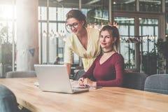 Två funktionsdugliga unga affärskvinnor Teamwork Flickor som blogging, arbeta som direktanslutet lär Online-utbildning, marknadsf royaltyfri foto