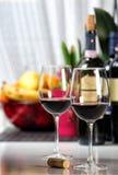 Två fyllda vinexponeringsglas 1 livstid fortfarande Royaltyfri Fotografi