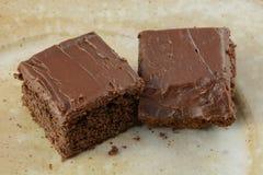 Två fyrkanter av chokladkaka Arkivfoton