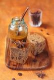 Två fyrkanter av vegetarian Honey Coffee Cake med russin Royaltyfri Fotografi
