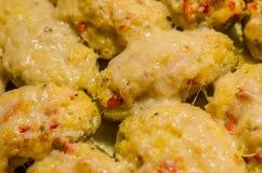 Två gånger bakade potatisar med smältt ost arkivbilder