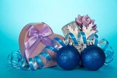 Två gåvaaskar, julleksaker som, är slingrande och royaltyfria foton
