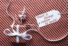Två gåvor med etiketten, citerar alltid anledning att le Arkivbild