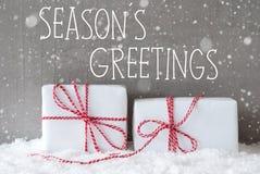 Två gåvor med snöflingor, text kryddar hälsningar Royaltyfri Fotografi