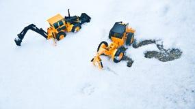 Två gaffellångor som står sidan - förbi - sid och en snöig vinter fotografering för bildbyråer