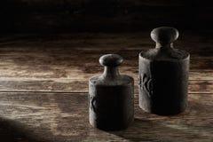 Två gamla antika metallkgvikter royaltyfri bild