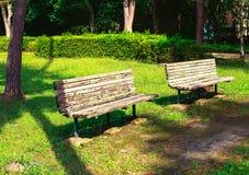 Två gamla bänkar i ett stads- parkerar Royaltyfri Bild