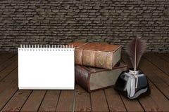 Två gamla böcker på trätabellen med fjädervingpennan i det glass bläckhornutbildningsbegreppet illustration 3d Arkivfoto