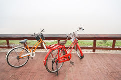 Två gamla cyklar, flodframdel täcktes av dimma Arkivfoto
