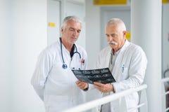 Två gamla doktorer och röntgenstråle fotografering för bildbyråer