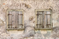 Två gamla fönster med stängda slutare Royaltyfria Foton