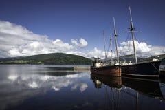 Två gamla fartyg i en sjö Royaltyfri Bild