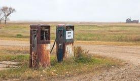 Två gamla gaspumpar Fotografering för Bildbyråer
