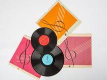 Två gamla grammofonrekord är på räkningen av en vit bakgrund Fotografering för Bildbyråer