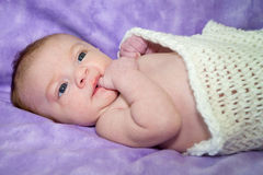 Två gamla månad behandla som ett barn flickan i filtar Royaltyfri Fotografi
