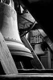 Två gamla metallklockor mellan takbjälkarna fotografering för bildbyråer