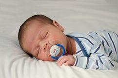 Två gamla nyfött för veckor behandla som ett barn pojken som sover med attrappen i mun som jag älskar dig mamman arkivfoton