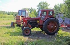 Två gamla röda traktorer Arkivbilder