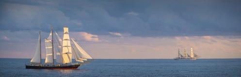 Två gamla seglingskepp på havet Royaltyfri Bild