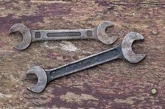 Två gamla skruvnycklar Royaltyfria Bilder
