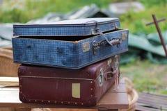 Två gamla slitna resväskor Arkivfoto