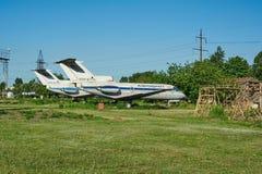 Två gamla sovjetiska flygplan YAK-40 Royaltyfri Bild