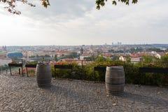 Två gamla vinfat och en härlig sikt av den Prague horisonten royaltyfria foton