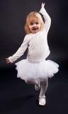 2 år gammal flickadans i vit Arkivfoto
