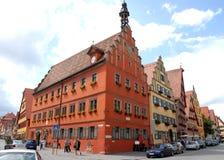 Två gator konvergerar med flera hus med olika färger i staden av Dinkelsbuhl i Tyskland Fotografering för Bildbyråer